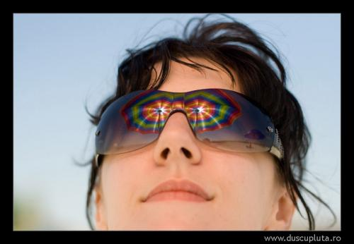 umbrela reflectata in ochelarii de soare